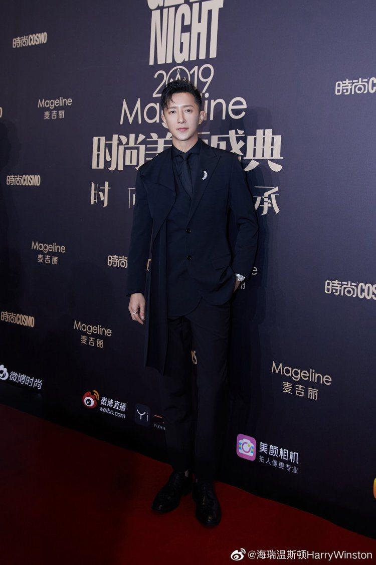 韓庚現身時尚雜誌活動時,穿著具不對稱剪裁的黑色西裝,搭配Harry Winsto...