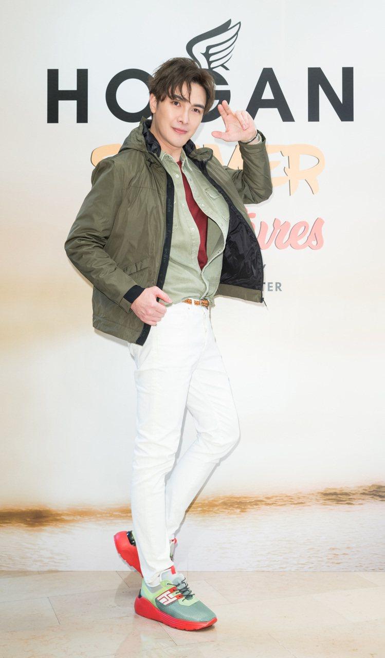 謝佳見穿ACTIVE ONE螢光色皮革男士休閒鞋,22,000元。圖/迪生提供
