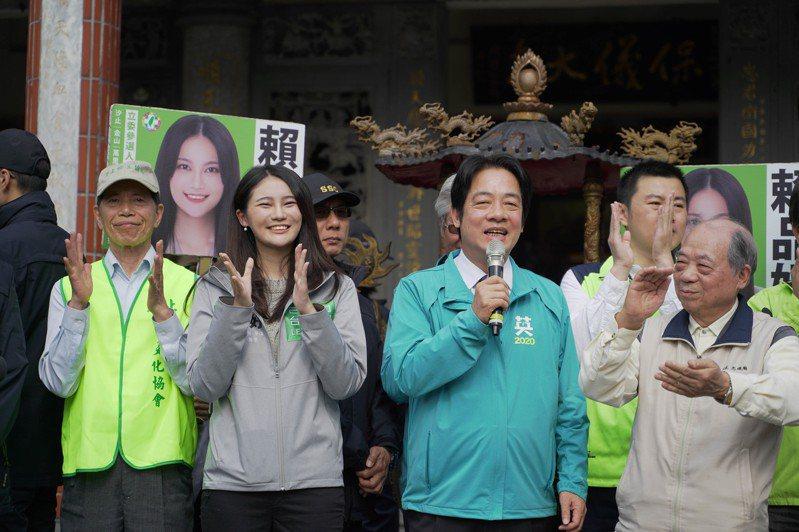 副總統候選人賴清德(右)今陪同立委參選人賴品妤(左)參拜廟宇。圖/賴品妤團隊提供