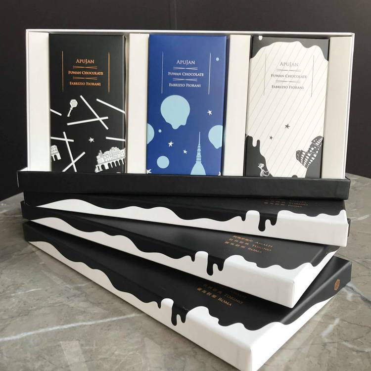 「福灣 X APUJAN聯名巧克力禮盒」包裝設計融合APUJAN經典用色與圖騰,...