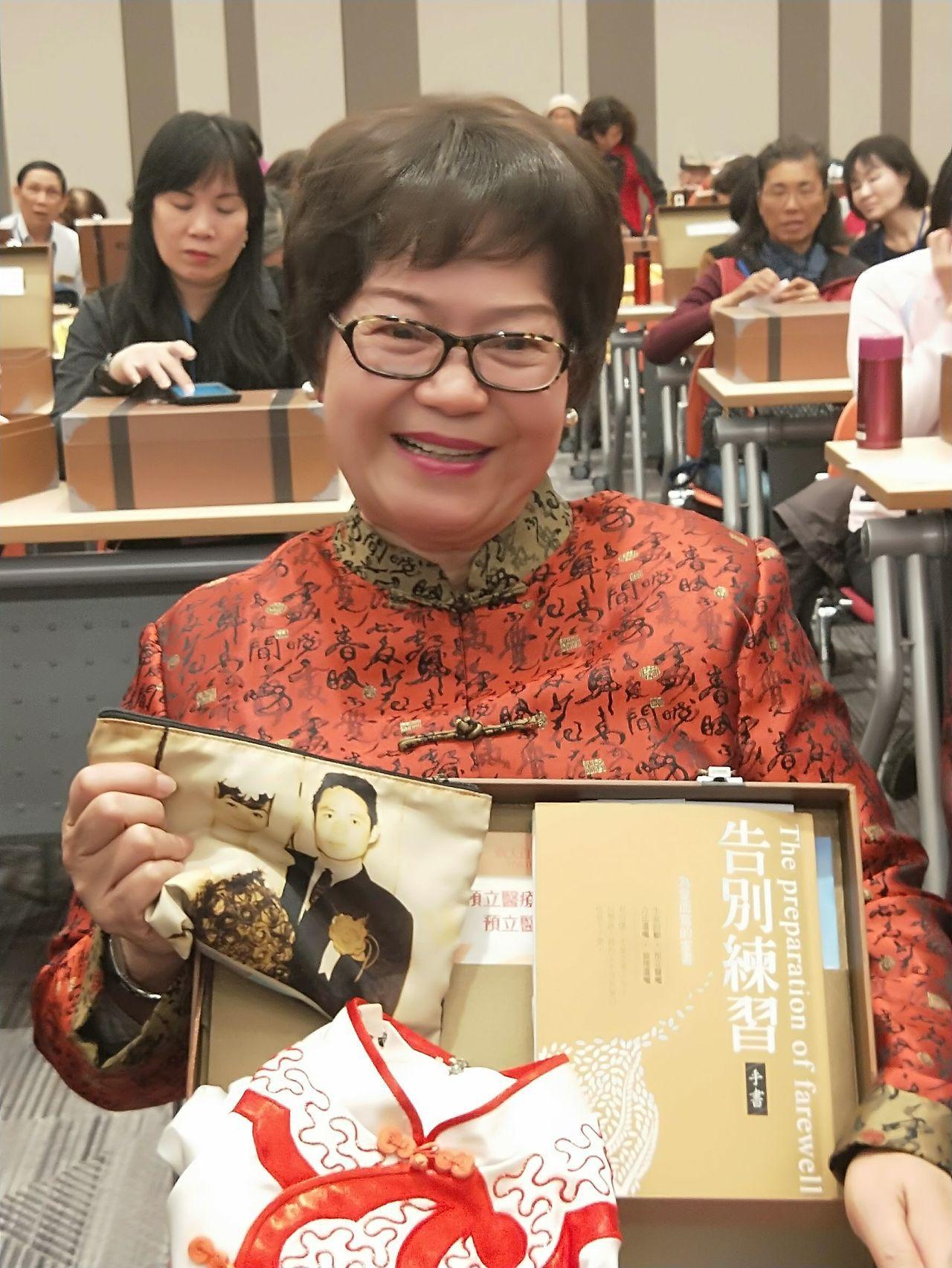洪月華把丈夫王阿章生前送的定情物和親手寫下的信放在「代代箱傳」珍愛行李箱,留給家...