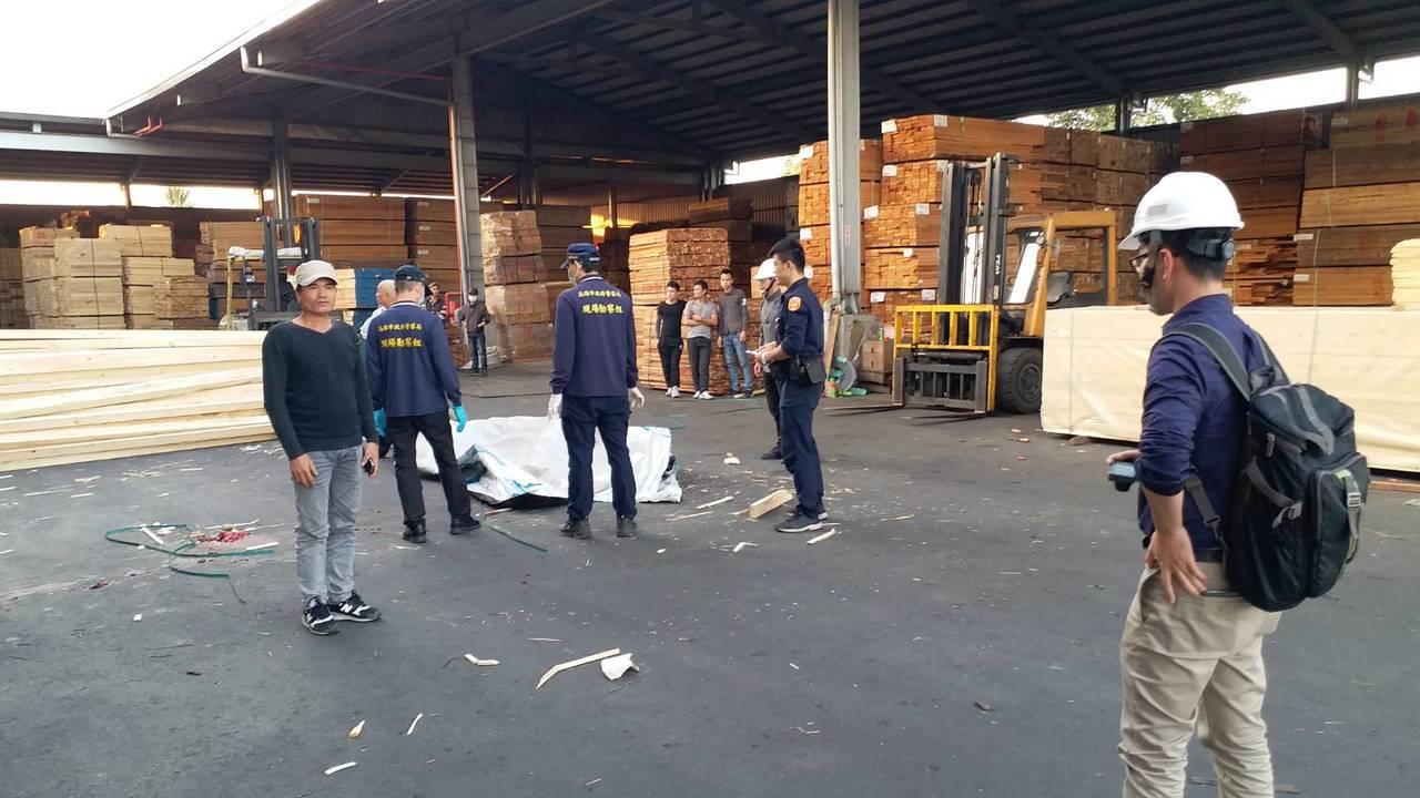高雄市大寮區今傳工地意外,范姓女工人在清點木材時,因綑綁木材的樹帶斷裂,導致大量...