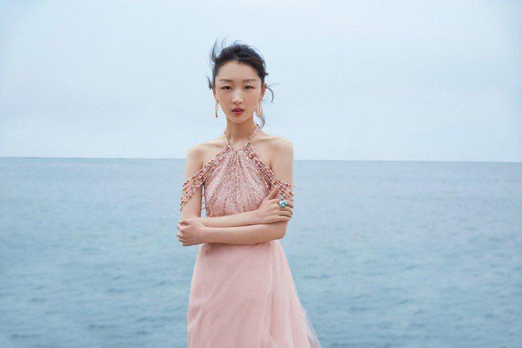 周冬雨日前出席澳門電影節時,佩戴了Boucheron的海水藍寶鑽戒與玫瑰金羽毛耳...