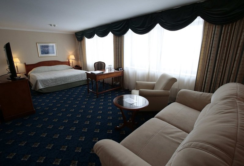 五星級飯店常見到退房房客會順手打包一些一次性客房用品帶有,但最近一份針對旅館業者的問卷卻顯示,有些房客竟然偷走電視、咖啡機和床墊等體積較大的用品。圖為莫斯科鄉村俱樂部的一間套房。資料畫面/路透