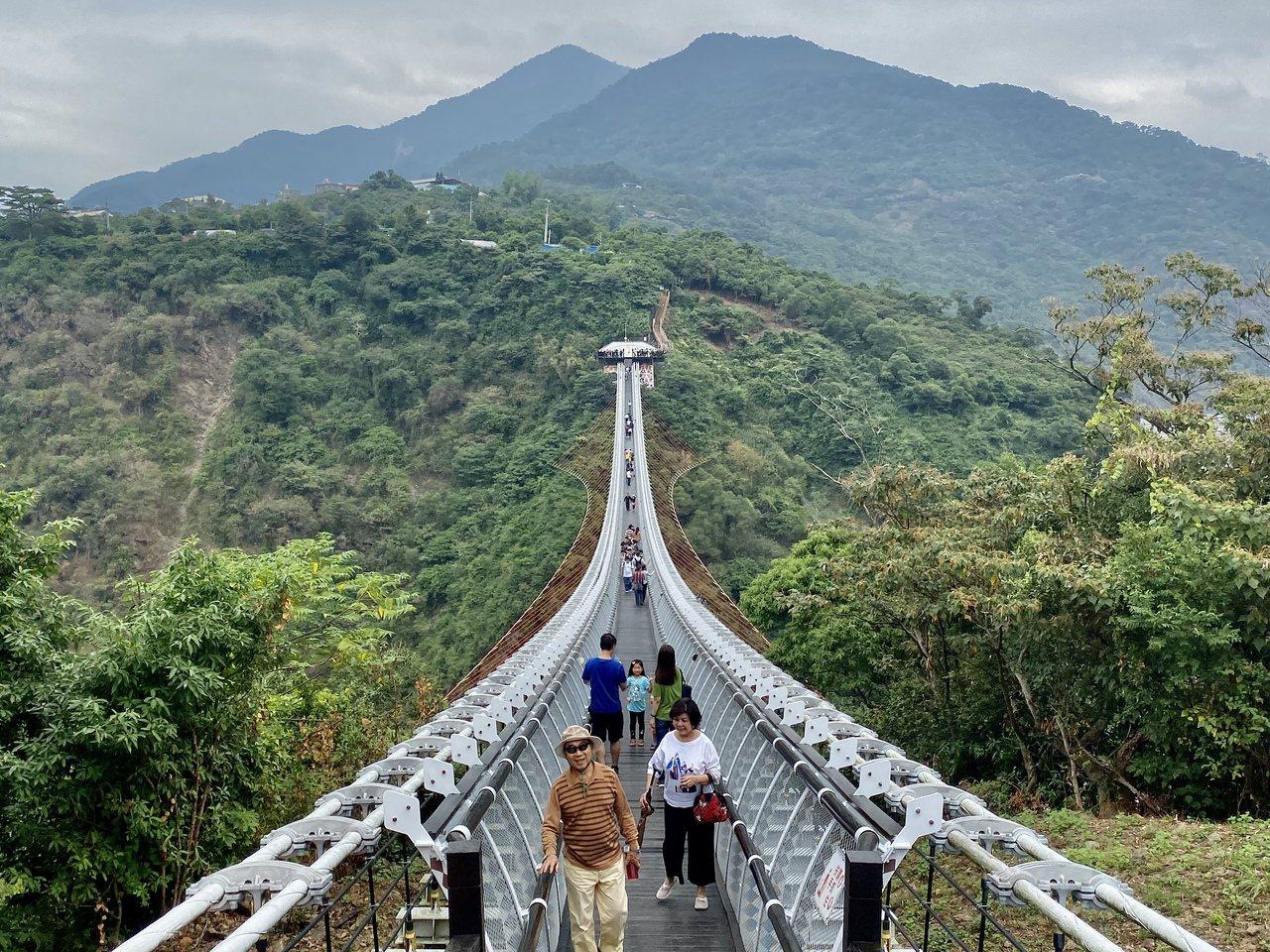 屏東山川琉璃吊橋三地門端木棧階梯,明年農曆年後將施工改為緩坡道,以便遊客行走。記...