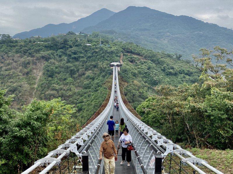 屏東山川琉璃吊橋三地門端木棧階梯,明年農曆年後將施工改為緩坡道,以便遊客行走。記者江國豪/攝影