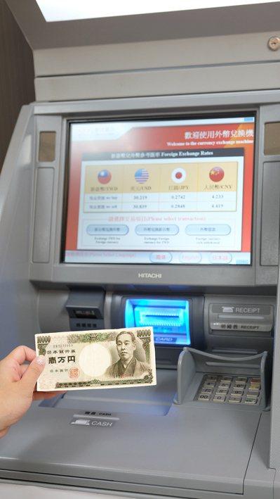 萊爾富攜手新光銀設置「台外幣現鈔兌換機」,可存入的鈔券面額分別為美金 100元和...