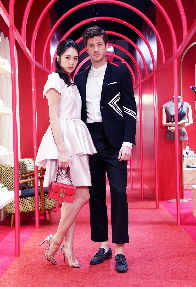 女模演繹Christian Louboutin PVC跟鞋價格未定、紅色Elis...