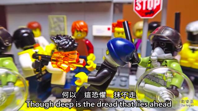 台灣一名樂高達人,利用樂高人偶和零件,呈現一幕幕香港人示威的畫面。圖/翻攝自臉書「戴樂高」影片