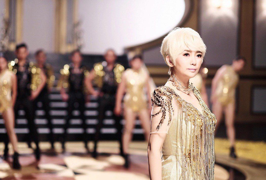 周思潔在新歌「高貴氣」MV的造型相當華麗。圖/萊格悠提供