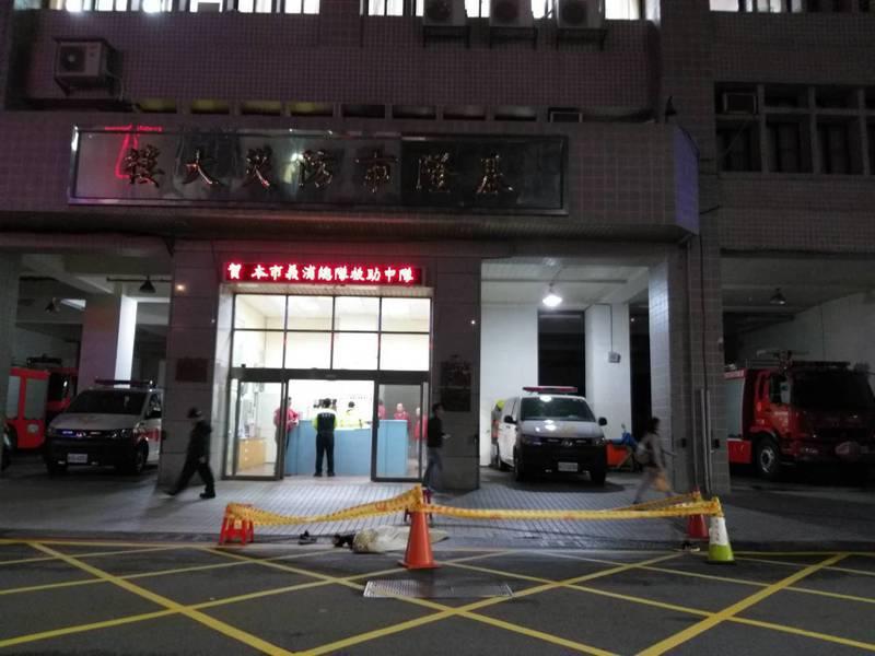 一名男子今晚疑從信二路停車場高處墜樓,落在消防局信二分隊大門前方,當場死亡。記者邱瑞杰/攝影