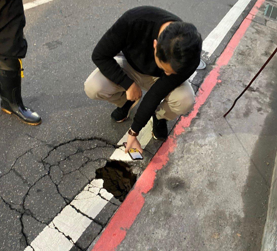 基隆源遠路路面掏控出現破洞,將緊急開挖搶修。圖/議員林旻勳提供