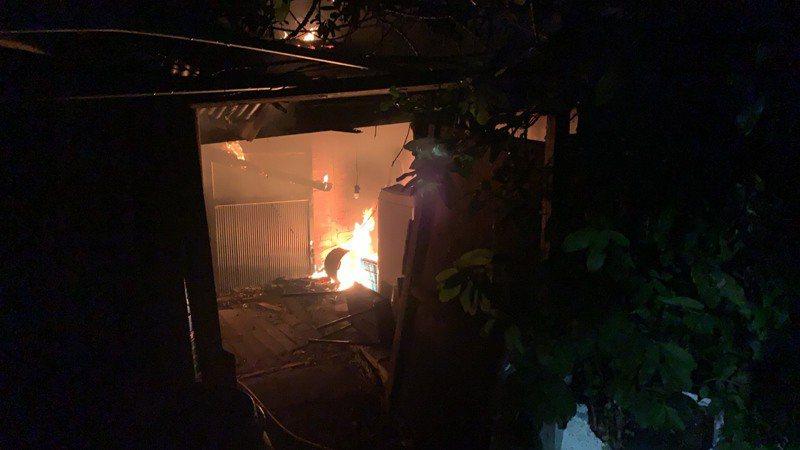 台中市龍井區中央路一段29巷附近一處三合院,傍晚突然起火,造成母子倆一死一重傷。圖/台中市消防局提供