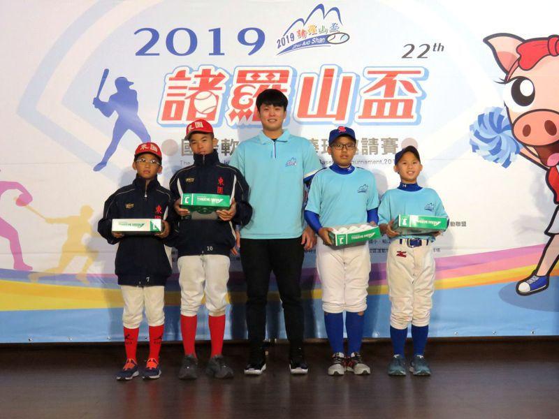 世賢國小、東園國小學生接受蘇俊璋(中)傳承棒球精神。圖/諸羅山盃大會提供