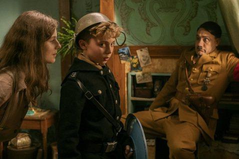 「兔嘲男孩」再度提名本屆金球獎音樂/喜劇類最佳影片,以及音樂/喜劇類電影最佳男主角等兩項大獎!更不可思議的事,提名男主角的英國天才小男星羅曼格里芬戴維斯,不僅是當中年紀最小的唯一童星,並與李奧納多狄...