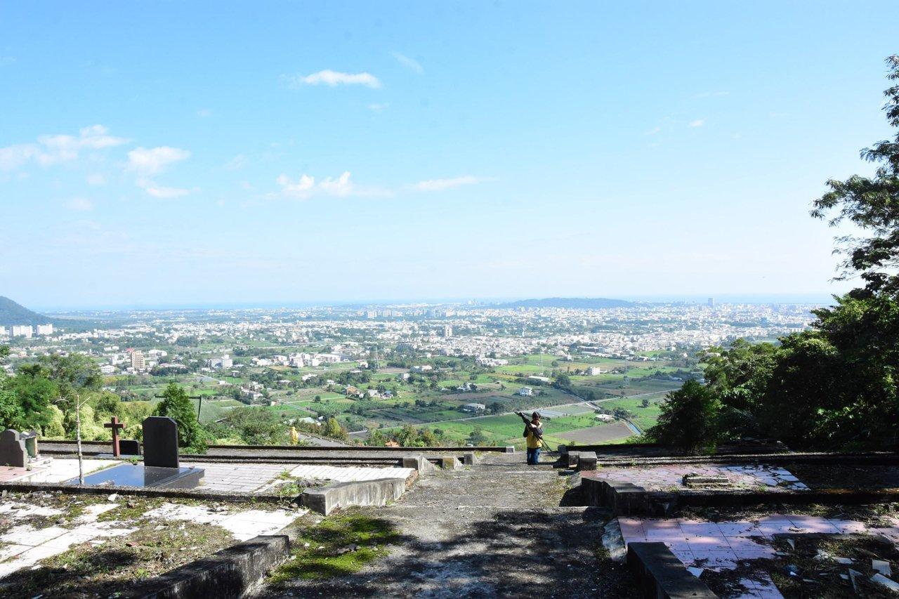 花蓮吉安鄉慈雲山懷恩堂可俯瞰吉安、花蓮市區及太平洋,海天一色風景秀麗,是民眾納骨...