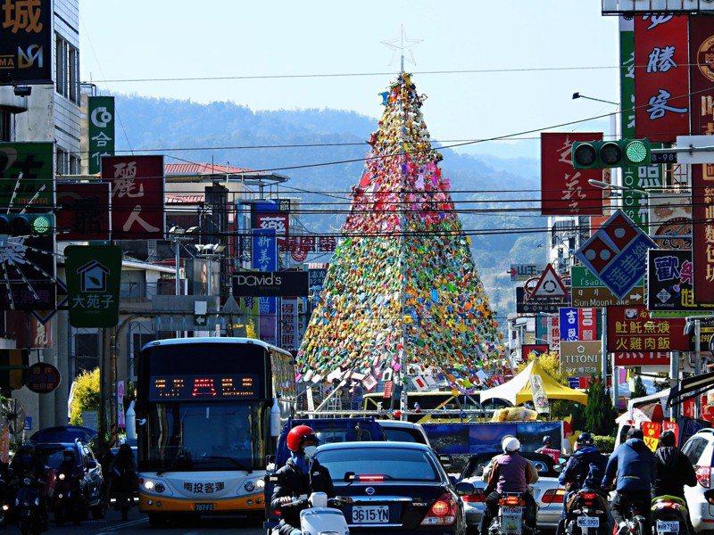 南投縣埔里嘉年華14日登場,除延續「魅力踩街」,更募集上萬件二手玩具打造全台最高「玩具耶誕樹」。記者賴香珊/攝影