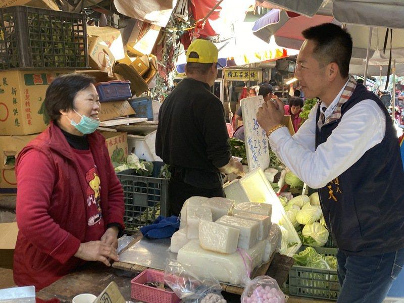 張瀚天今天去彰化市三民市場拜票,也呼籲選民勿相信假民調電話。圖/張瀚天競選總部提供