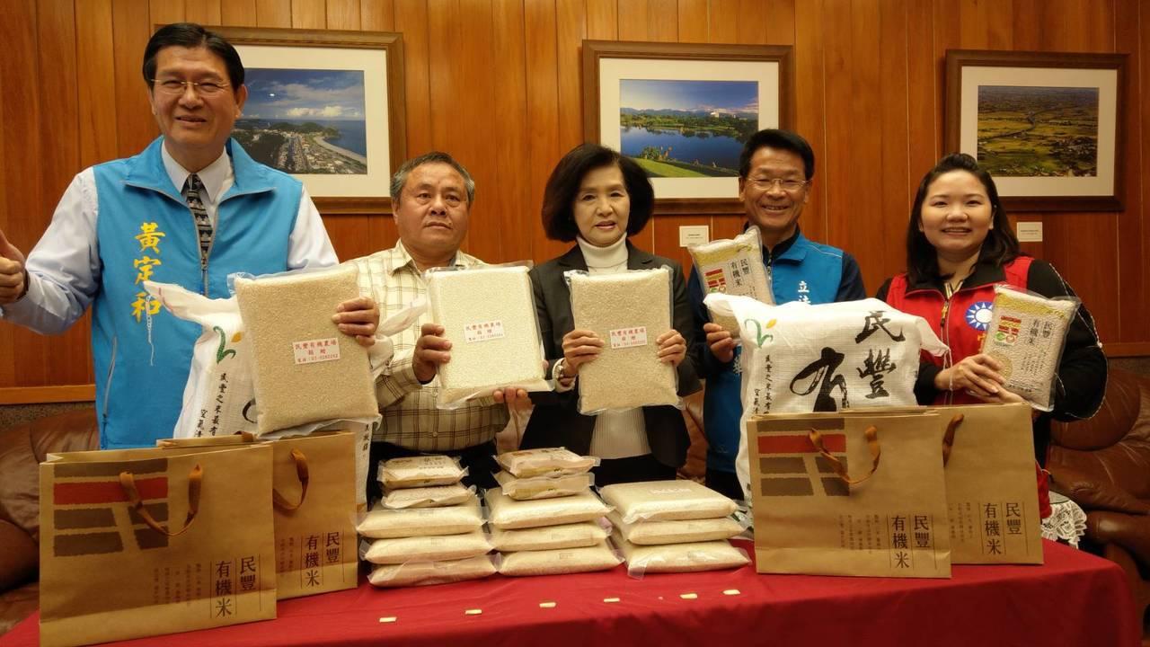 大半輩子都在耕種的游建富(左二)年年捐出有機米幫助弱勢,很感謝大家讓他有機會種植...