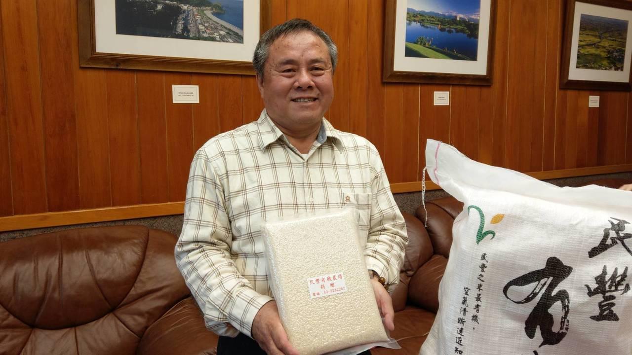 大半輩子都在耕種的游建富年年捐出有機米幫助弱勢,很感謝大家讓他有機會種植福田。記...
