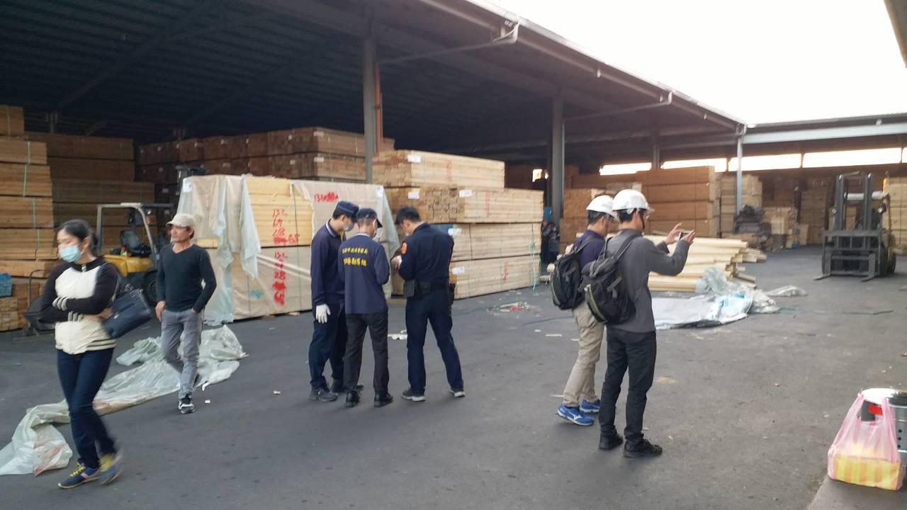 從越南嫁來台的范姓女工在高雄木材批發場工作時,遭倒塌木材壓倒,她的頭部碎裂、四肢...