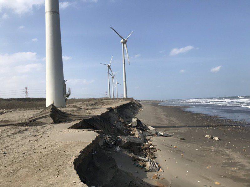 桃園市蘆竹區濱海2座台電陸域風力發電機面臨海岸侵蝕,出現地基崩陷危險,台電派員搶修護岸施工,避免風機崩塌危險。圖/讀者提供