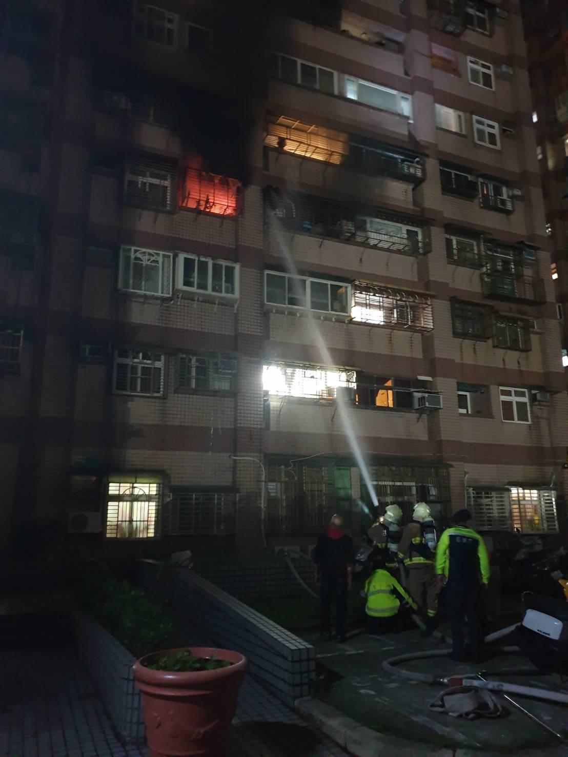 基隆市新豐街一處大樓社區晚間發生火警,火舌從4樓民宅竄出,消防員撲滅火勢後,進入...