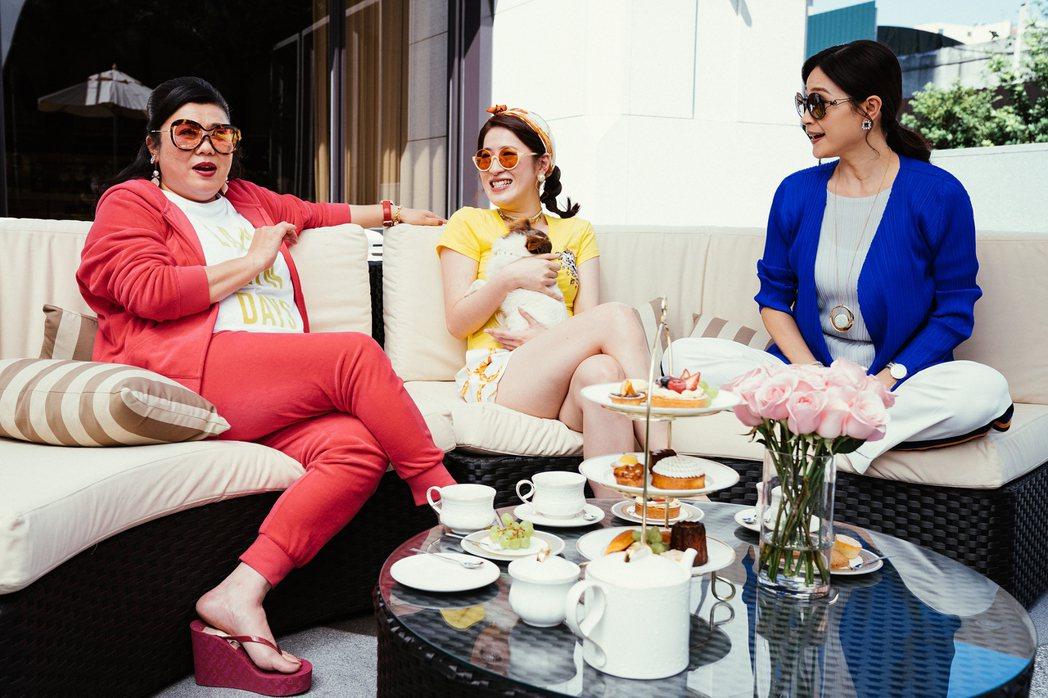 林美秀(左)、方季惟(右)與百白在「喜從天降」為住戶管理委員會,也是金閃閃的貴婦