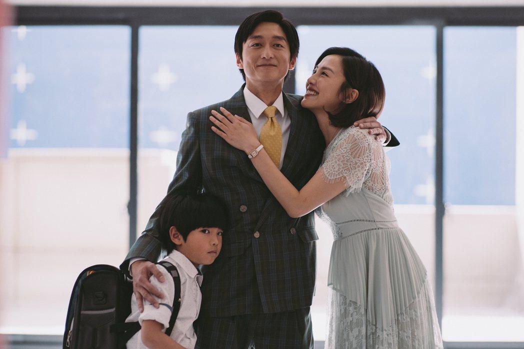 柯宇綸與小8在新片「喜從天降」中飾演投機搶錢夫妻檔。圖/牽猴子提供