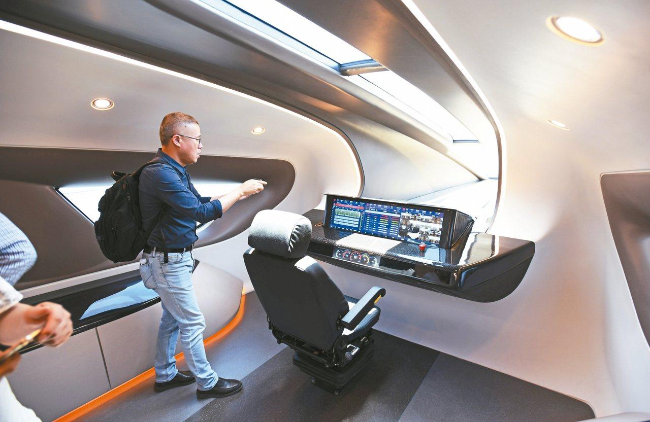 中國大陸時速600公里高速磁浮試驗樣車,參觀人員在樣車上參觀。 新華社資料照片