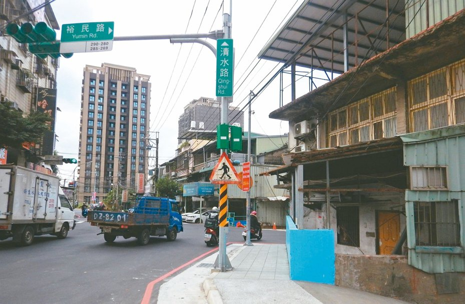土城區裕民路及清水路岔口原本有違建,導致視線不良,打通後,解決路口的陳年問題。 圖/新北市工務局提供