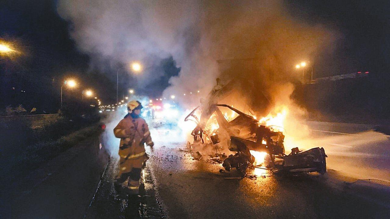 歐男駕駛的車頭撞擊後起火,妻子邱女和二歲女兒被燒死。 記者曾健祐/翻攝