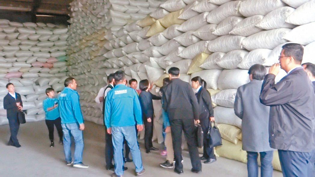 蔡英文總統昨南下雲林看到那麼多花生放在紙廠倉庫,十分驚訝。 記者蔡維斌/攝影