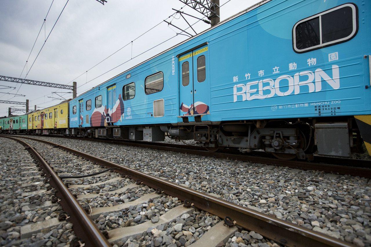 新竹市府與台鐵合作打造動物彩繪區間車,昨起至明年1月底行駛台鐵六家線。 圖/市府...