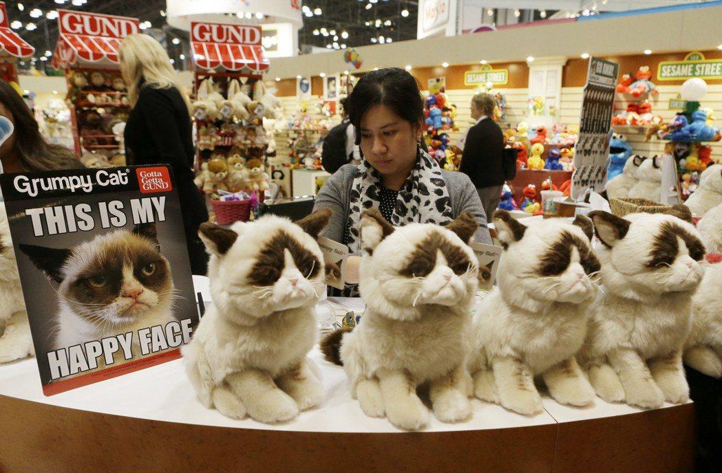 臭臉貓化身為玩偶在紐約的禮品店銷售。 (美聯社)