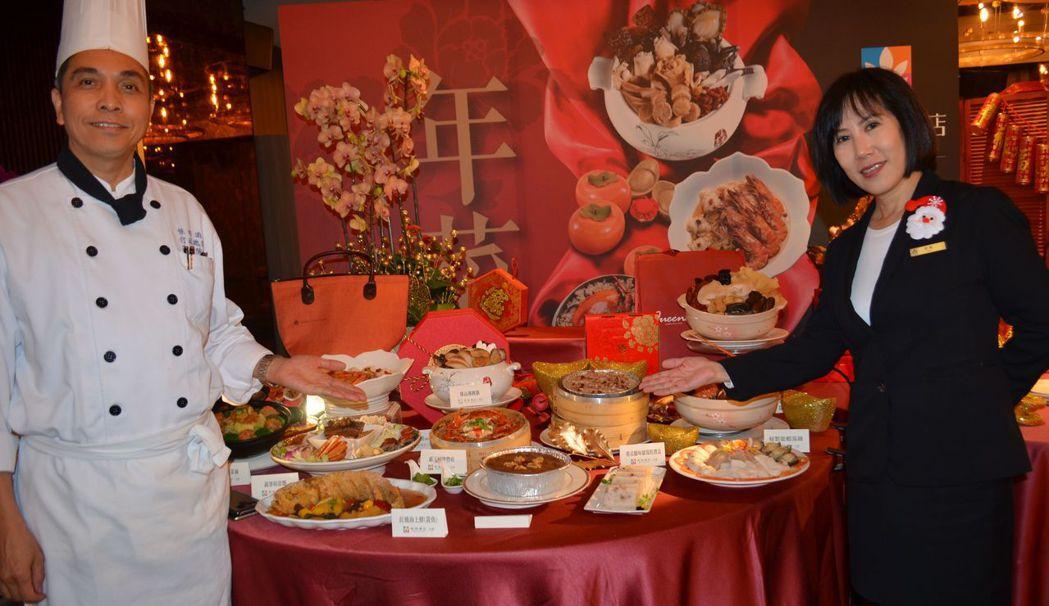 高文強與徐敏介紹外帶年菜包含6道料理及1道點心。  陳慧明 攝影