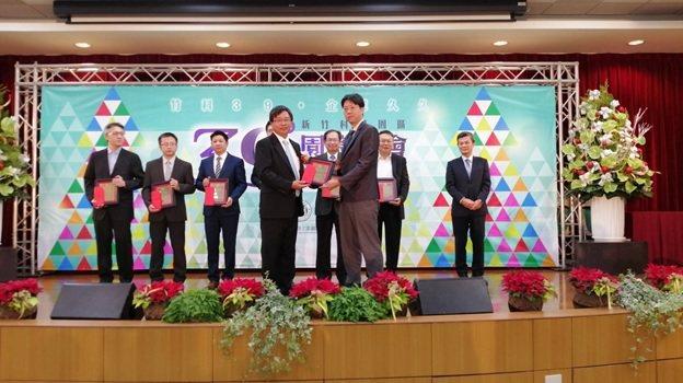 萊鎂醫副總黃振寧(右)代表接受竹科管理局局長王永壯頒發的「創新產品獎」奬座。...