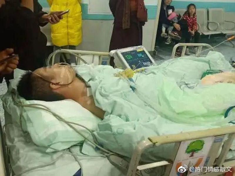 四川成都一場格鬥賽,一名22歲大二學生開場僅36秒就被KO進ICU,昏迷至今。 (取材自紅星新聞)