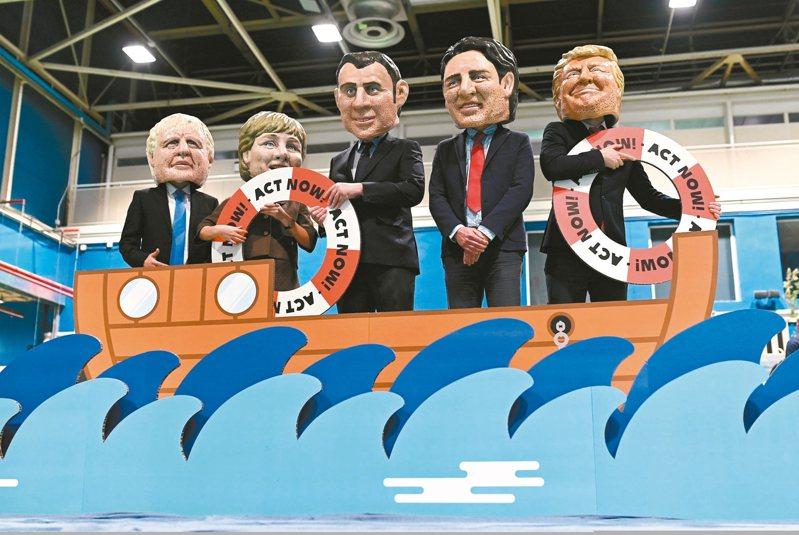 環保人士10日戴上大國領袖面具在馬德里的氣候會議抗議,左起依序為英國首相強生、德國總理梅克爾、法國總統馬克宏、加拿大總理杜魯多、美國總統川普。 歐新社