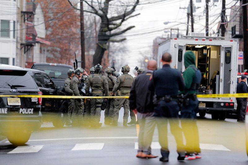 澤西市爆發槍戰,警方封鎖街道。 (美聯社)