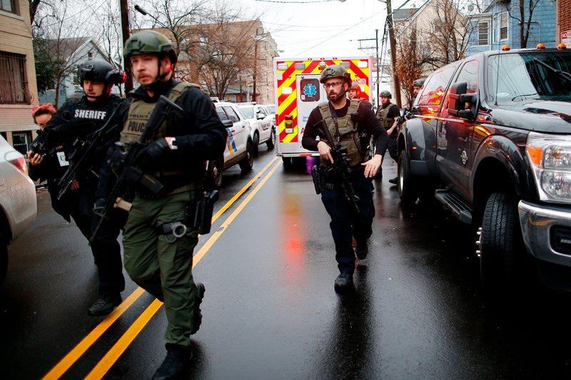澤西市爆發槍戰,警方封鎖街道。