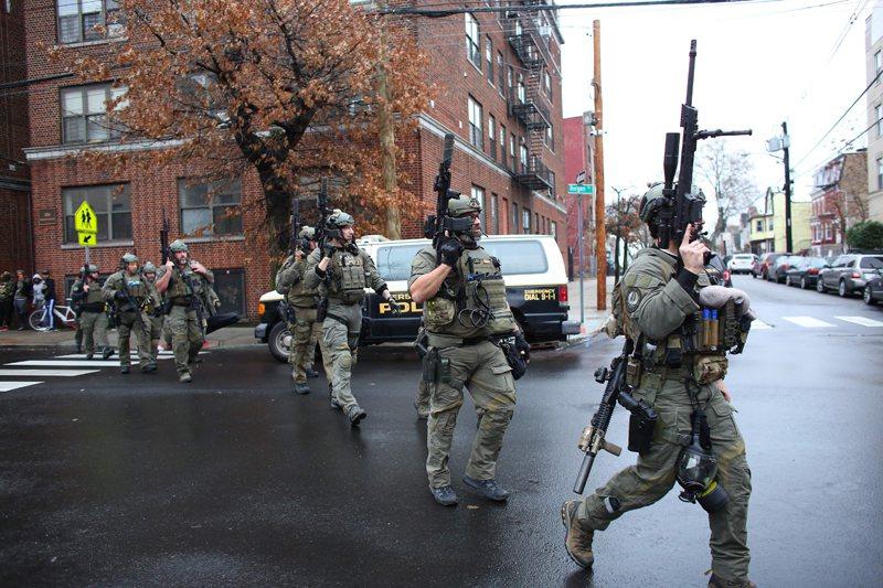 澤西市槍戰,大批警力抵達現場。 (美聯社)