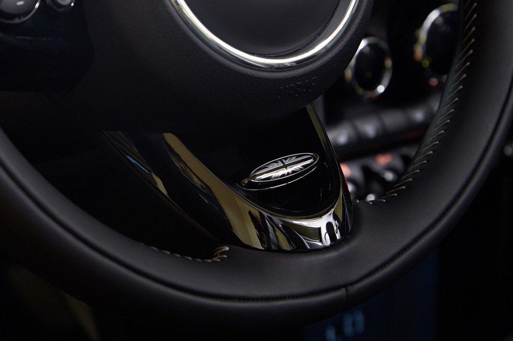 MINI Yours跑車式真皮方向盤。 圖/汎德提供
