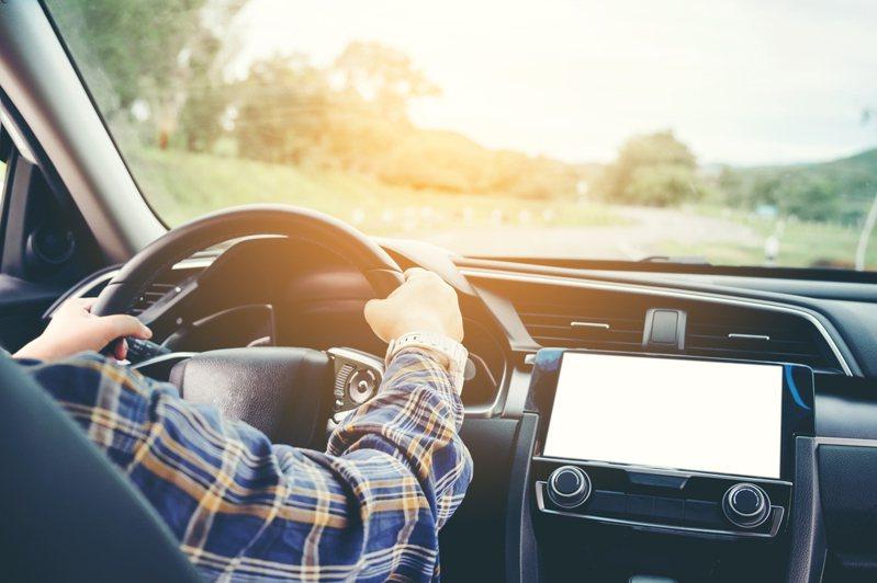 有網友因朋友看到車上的導航機講的一句話而十分在意,於是他上網提問,大多數人是否使用手機導航而不再使用導航機。圖/ingimage