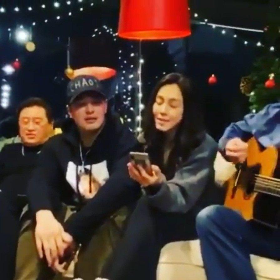 范范、潘瑋柏、王力宏陪著高以翔爸爸唱歌。 圖/擷自范范IG