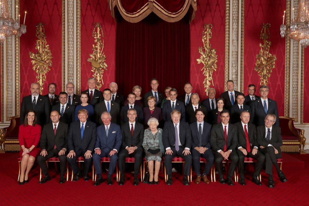 如果把全球政治人物合照中的男性都排除掉,我們會發現明顯的性別失衡。 圖/路透社