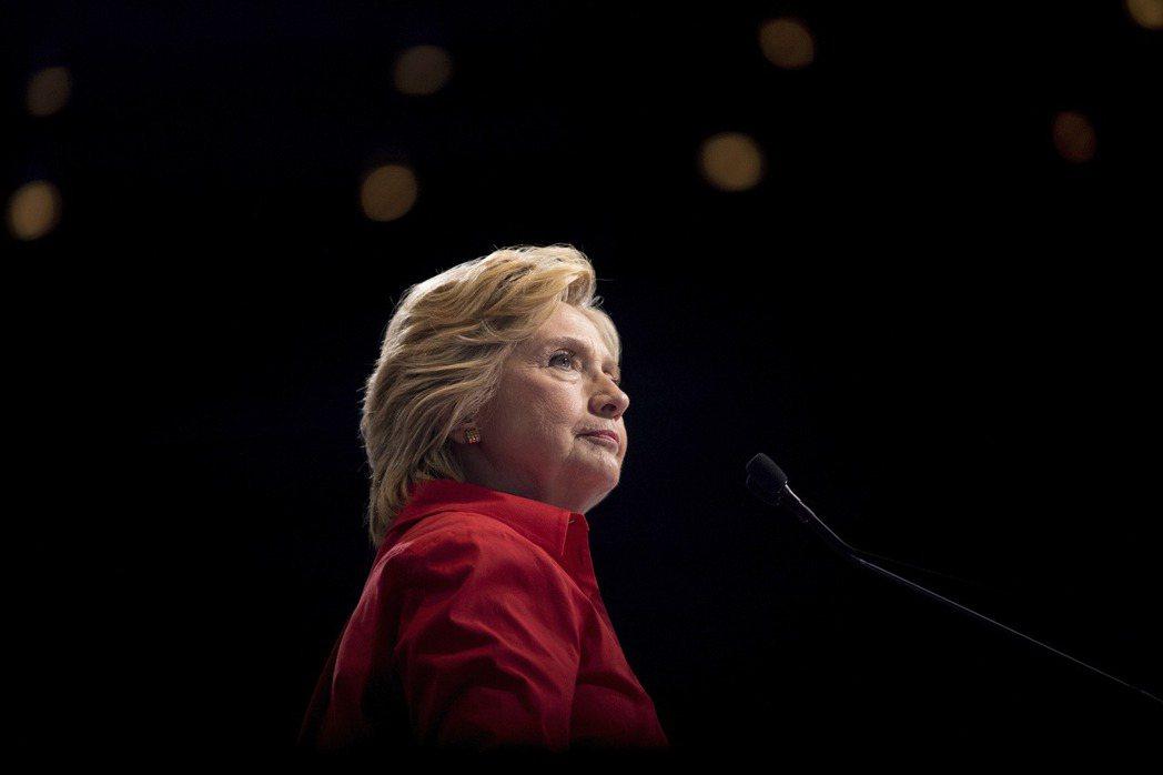 希拉蕊.柯林頓的行為舉止與許多男性政治人物相比,沒有有太多不同,但卻時常被批評不...
