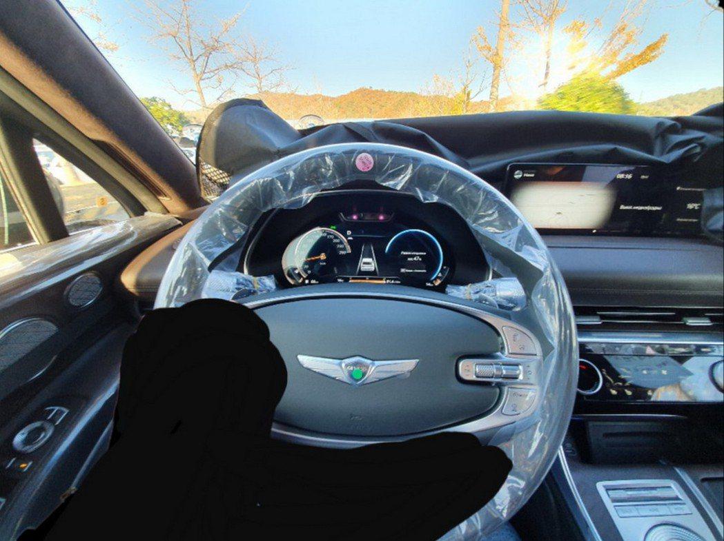Genesis GV80採用雙幅式方向盤與數位儀表。 摘自Carscoops