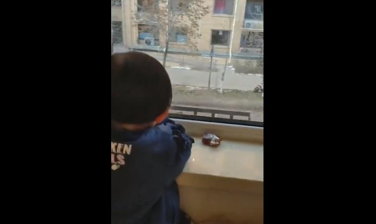 3歲女童看對面大樓鄰居的電視。圖取自人民視頻