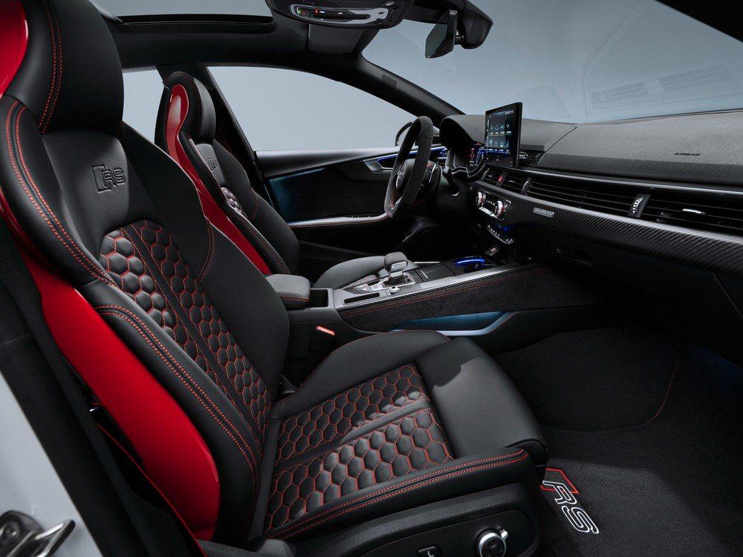 標配Alcantara材質的RS跑車座椅,也可選配升級Nappa真皮。 圖/Au...